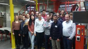 Group photo of the students participating in the tour through Würth Industrie Service (Photo: Lasse Patzig)