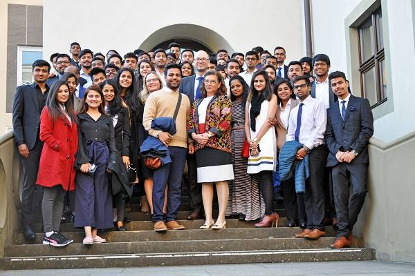 47 Master students of the FHWS were welcomed by the mayor of Schweinfurt, Sorya Lippert (centre), together with the head of the course, Professor Dr. Uwe Sponholz. (Photo Marina Euler)