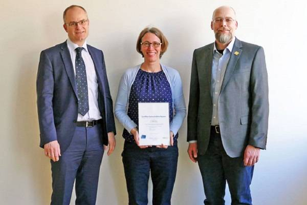 "Vice President Professor Dr. Ralf Roßkopf (left) awarded Professor Dr. Birgit Gampl the ""Certificate of Higher Education Bavaria"" and Professor Dr. Thomas Blotevogel the ""Certificate of Higher Education Bavaria Professional Level"". (Photo FHWS / Klein)"