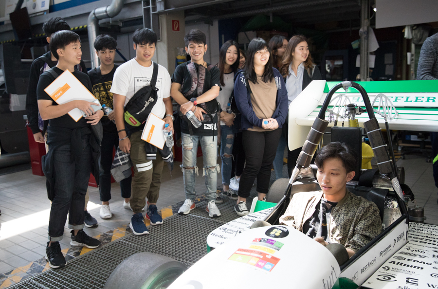 "The guided tour of ""Mainfranken-Racing"" by FHWS students at Campus 1 in Schweinfurt met with great interest among the students"