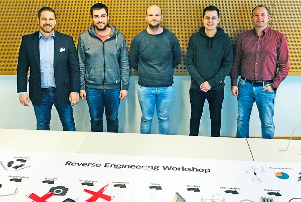 The students Florian Wittmeier (2nd from left), Daniel Gerstner (mi.), Ilija Vrdoljak (2nd from right) present their results in the context of the lecture Production Optimization and CIP of Professors Dr.-Ing. Volker Bräutigam (left) and Dr.-Ing. Jan Schmitt (right) (Photo FHWS / Jan Schmitt)