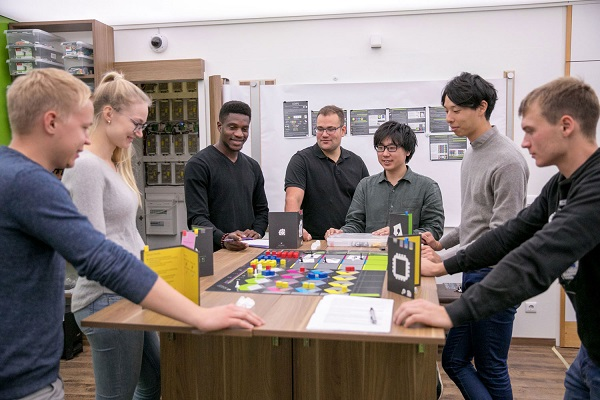 Business and engineering students and guests from Japan played with EDIPS processes of the product service system to optimize the delivery of products and services.